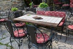 Utomhus- kafé eller restaurangtabell och stolar Arkivfoto