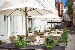 Utomhus- kafé för sommar i gammal stad fotografering för bildbyråer