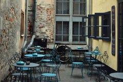 Utomhus- kafé i den historiska gården mellan gamla byggnader Royaltyfria Foton