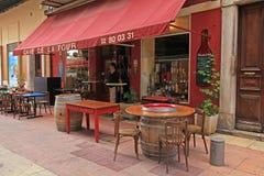 Utomhus- kafé i gammal stad av Nice, Frankrike Arkivbilder