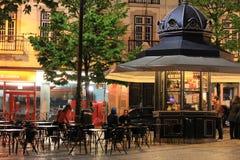 Utomhus- kafé i Lissabon vid natt arkivfoton