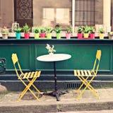 Utomhus kafé i Paris Arkivfoton