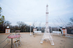 Utomhus- kafé med den dekorativa Eiffeltorn Arkivbild