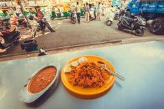 Utomhus- kafé med indisk vegeterian matbiryani och daal lins Arkivbild