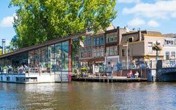 Utomhus- kafé på den Galgewater kanalen i Leiden, Nederländerna Royaltyfria Foton