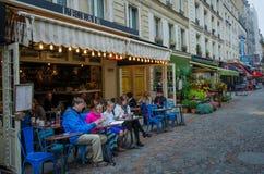 Utomhus- kafé i den Rue Cler grannskapen i Paris Royaltyfria Foton