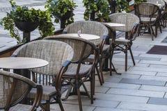 Utomhus- kaf?tabeller och stolar royaltyfri foto
