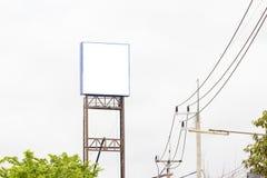 Utomhus- kanfas för tom affischtavlamodell på himmelbakgrund med tre fotografering för bildbyråer