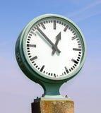 Utomhus- klocka på en konkret grund Royaltyfria Foton