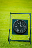 Utomhus- klocka på golfbana med gröna Spring Valley på bacen Arkivfoton