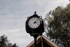 Utomhus- klocka på solig dag Fotografering för Bildbyråer