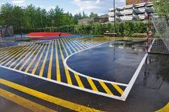 Utomhus- kondition med det gula rinnande spåret i regnet Arkivbild