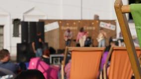Utomhus- konsertetapp och hållande ögonen på folk på sommardag stock video