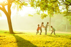 Utomhus- kvalitets- tid för asiatisk familj royaltyfri foto