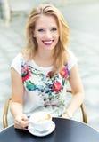 utomhus- kvinna för cafe Fotografering för Bildbyråer