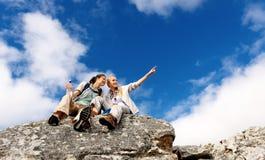 utomhus- kvinna för carefree klättring arkivfoton