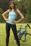 utomhus- kvinna för cykel arkivbild