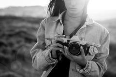 utomhus kvinna för ta för bild fotografering för bildbyråer