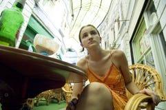 utomhus- kvinna för uppmärksam cafe Royaltyfria Bilder