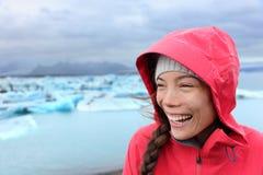 Utomhus kvinna i hardshellomslag på Island Fotografering för Bildbyråer