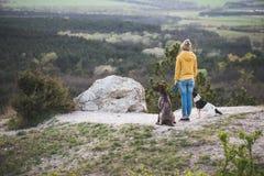 Utomhus- kvinna och hennes posera för hund Arkivfoton