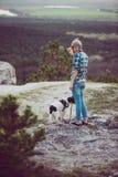Utomhus- kvinna och hennes posera för hund Royaltyfri Fotografi