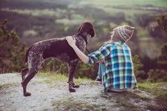 Utomhus- kvinna och hennes posera för hund Royaltyfri Bild