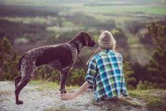 Utomhus- kvinna och hennes posera för hund Royaltyfria Bilder
