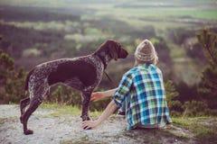 Utomhus- kvinna och hennes posera för hund Arkivbild