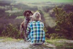 Utomhus- kvinna och hennes posera för hund Royaltyfria Foton