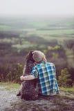 Utomhus- kvinna och hennes posera för hund Arkivfoto