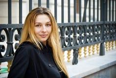 utomhus- kvinnabarn för blond stad arkivfoto
