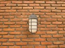 Utomhus- lampa på en bakgrund för tegelstenvägg royaltyfri foto