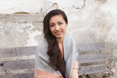 Utomhus- le för asiatisk kvinna till kameran Arkivbild