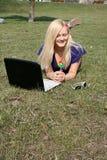 utomhus- le för flickabärbar dator royaltyfria foton