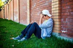 Utomhus- ledsen tonåring arkivfoton