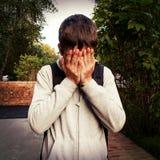 Utomhus- ledsen ung man arkivfoton