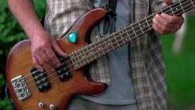 utomhus- leka för gitarrman arkivfilmer