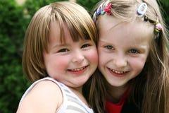 utomhus- leka för lyckliga ungar tillsammans Royaltyfri Bild