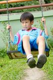 utomhus- leka swing för asiatisk pojke Royaltyfria Bilder