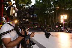 Utomhus- Live Broadcast, TVkamera, kameraman, strålkastare arkivbild