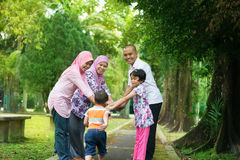 Utomhus- livsstil för asiatisk familj arkivbild