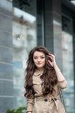 Utomhus- livsstilstående av den nätta unga flickan i tillfällig stil Royaltyfri Fotografi