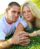 utomhus- lycklig förälskelse för caucasian par Royaltyfri Fotografi