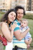 Utomhus- lycklig familj Arkivbild