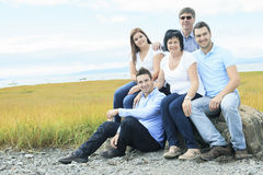 Utomhus- lycklig stor familj Royaltyfria Foton