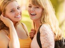 Utomhus- lyckliga flickor för unga kvinnor Arkivfoton