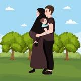 Utomhus- lyckliga par, härlig gravid kvinna med hennes makeislammuslim Royaltyfri Fotografi