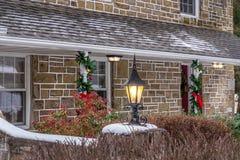 Utomhus- lykta med snö för jul Arkivbilder