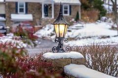Utomhus- lykta med snö på semesterperioden Fotografering för Bildbyråer
